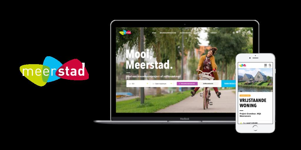 Macbook met het logo en de site